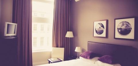 Anspruch auf Schadensersatz und Reisepreisminderung aufgrund unzureichender Anzahl an Schlafgelegenheiten