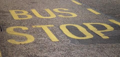 Fahrgast eines Linienbusses erhält wegen Sturzes nach unnötiger Vollbremsung Schmerzensgeld