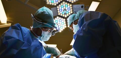 Zurücklassen eines Bauchtuches nach Krebsoperation kann Schmerzensgeld in Höhe von 8.500 EUR rechtfertigen
